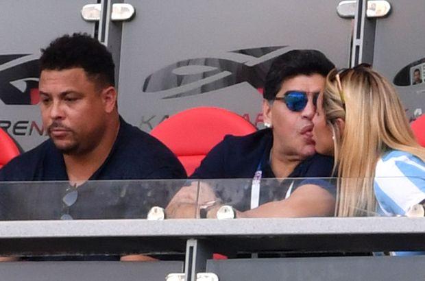 La novia de Maradona aparece y él sufre el partido casi sin sobresaltos