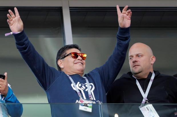 Maradona contraataca, en líos por un gesto hacia fanático y un cigarro