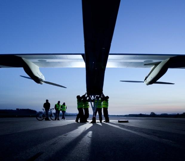 Conoce el avión que vuela con energía solar