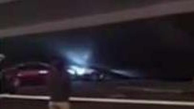 Captan el instante en que puente se desploma sobre vehículos