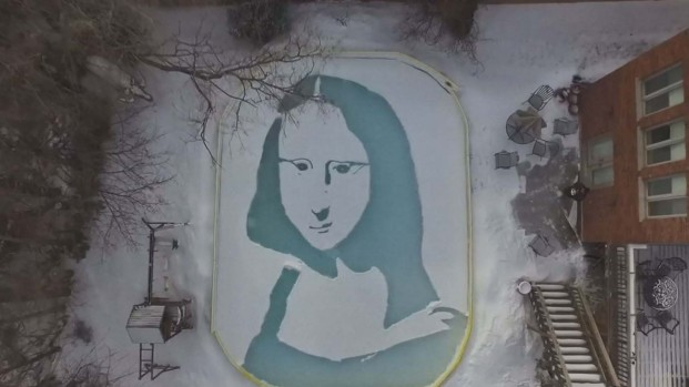 """Hombre da vida a la """"Mona Lisa de las Nieves"""" mientras limpia su pista de hielo"""