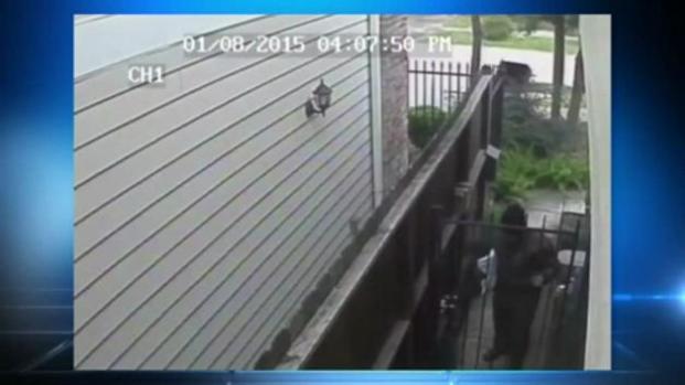 Cámara capta empleado de UPS orinando en casa de cliente
