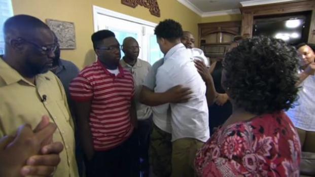 Video: Emotivo encuentro de testigo con familia de afroamericano muerto