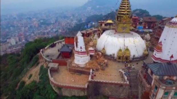 Drone vuela sobre destruccion en Nepal