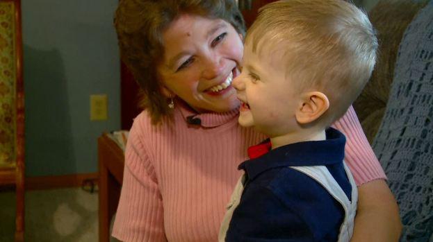 Madre carga en su vientre y da a luz a su hijo adoptivo