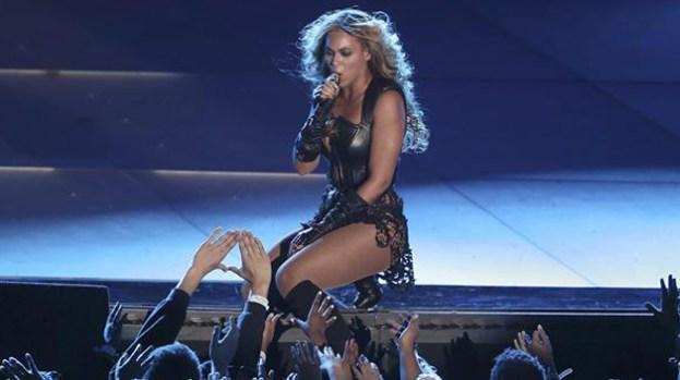 Video: Fan toca trasero a Beyoncé en concierto