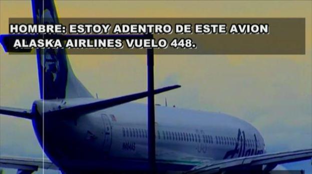 Video: Queda atrapado en el área de carga de un avión