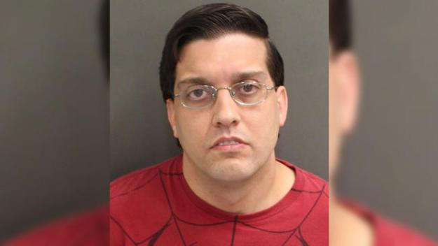 Oficial de correcciones acusado de pornografía infantil