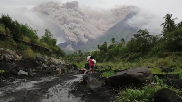 Volcán filipino Mayon vierte lava y amenaza con una erupción peligrosa