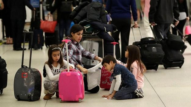 Pasajeros afectados por vuelos cancelados en MIA y FLL
