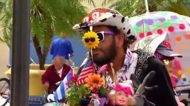 Cuéntale a Marilys: Colorida bicicleta por la calle 8