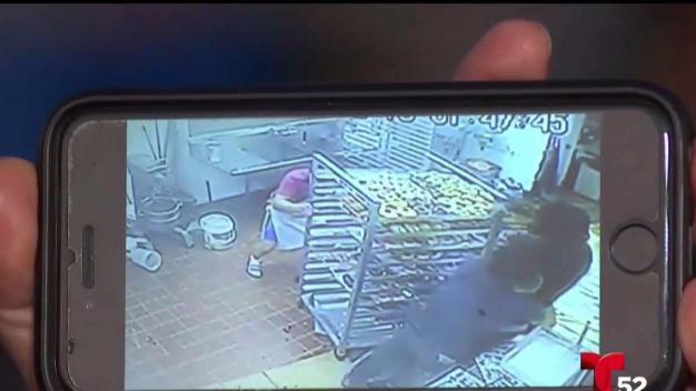 Empleado resulta herido en robo a tienda