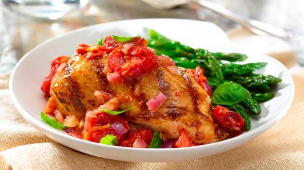 Nuestros Sabores: Pollo a la Parrilla en Salsa de Tomate Cherry}