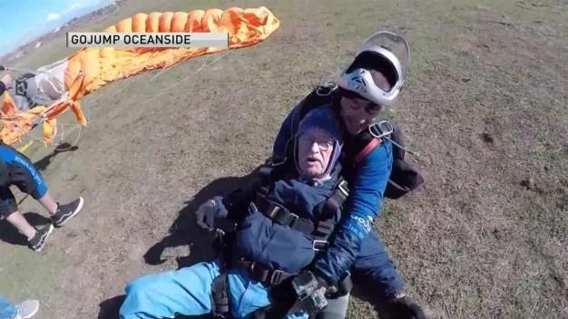Hombre de 90 años se lanza en paracaídas