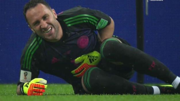 Con mucho dolor, Ospina se salva de un gol