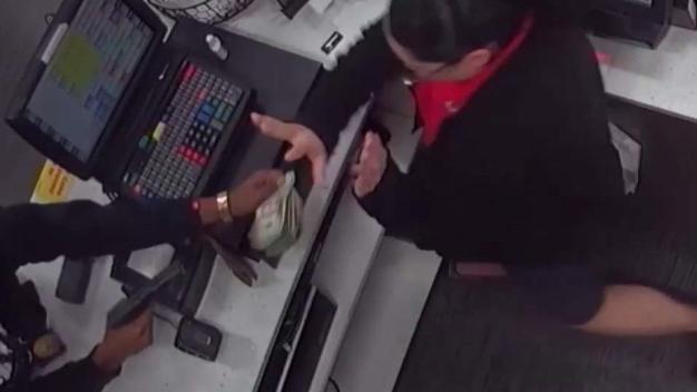 Violento asalto a mano armado captado en cámara