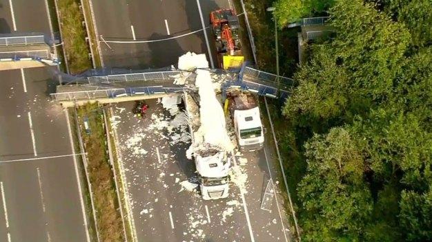 Espeluznante choque de camión con puente peatonal causa caos en autopista
