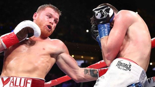 """""""Canelo"""" demoledor: noquea a """"Rocky"""" y hace historia"""