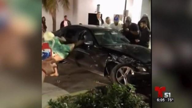Multitud golpea auto tras choque en Miami Beach