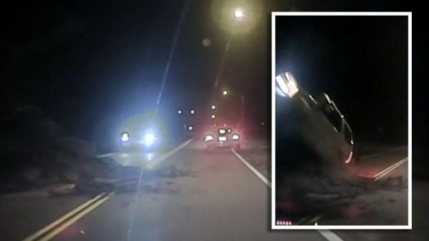 Captado en video: auto se estrella contra derrumbes y vuela por los aires