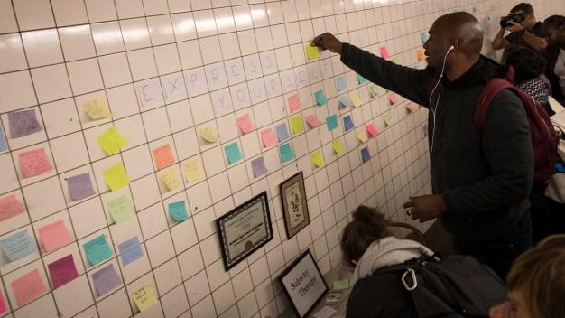 """Crean un """"muro de los lamentos"""" por triunfo de Trump en el metro de Nueva York"""