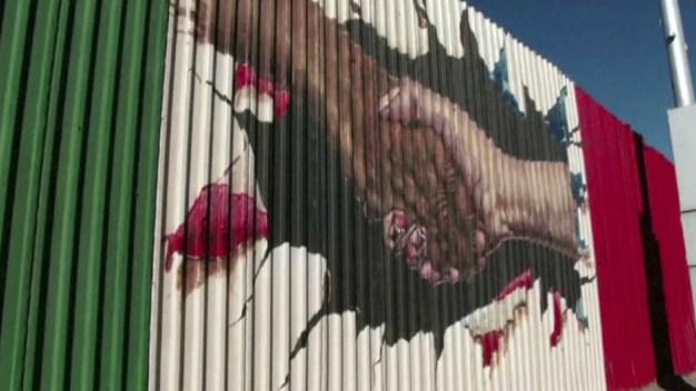 Mexicanos pintan sector de muro fronterizo para promover la paz