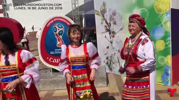 Presentador de Telemundo pone a rusas a bailar al ritmo colombiano: ¿Qué tal hicieron?