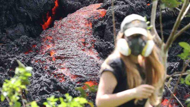 Alerta de erupción explosiva; lava ardiente brota del suelo en Hawái}