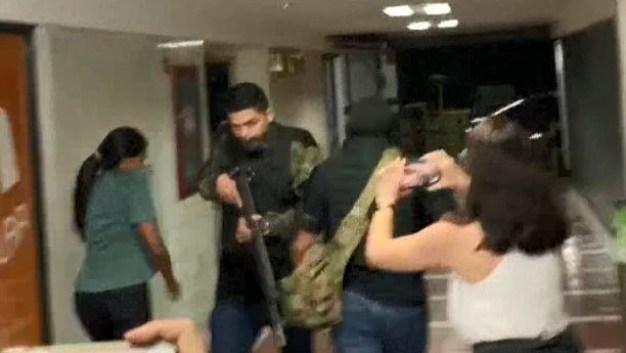 Encapuchados entran a la sede de partido de Juan Guaidó