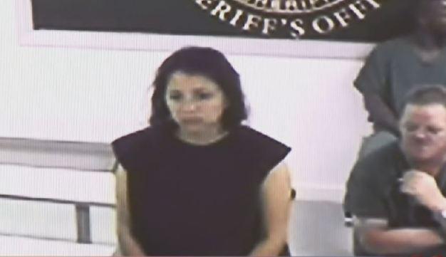 En corte acusada de matar a su hija y su padrastro