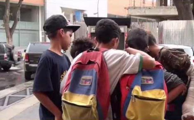 NIños mendigan comida en las calles de Venezuela