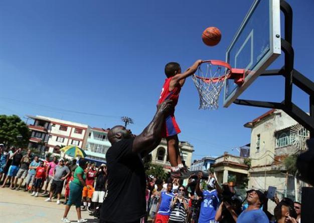 Shaquille O'Neal da clínica a niños en La Habana