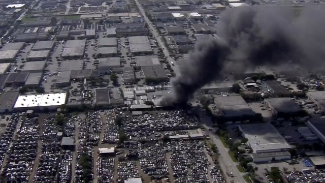Resultado de imagen para Combaten incendio en depósito de autos usados en Miami-Dade