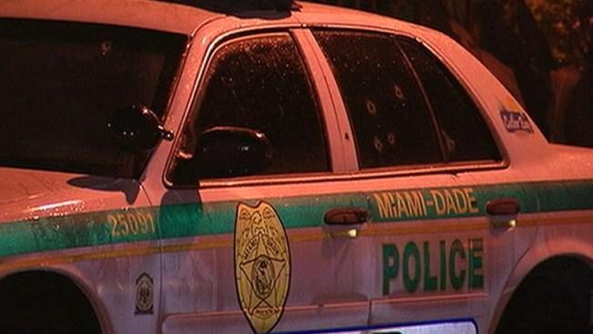 Un auto de la policía recibe varios disparos