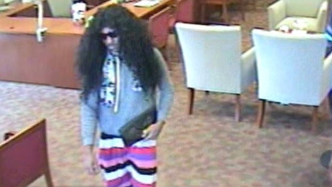 FBI lo busca: robó banco vestido de mujer
