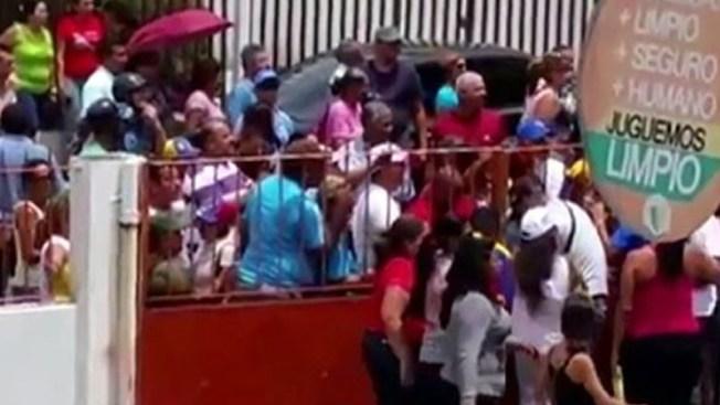 Venezuela: tiran a camarógrafo de segundo piso