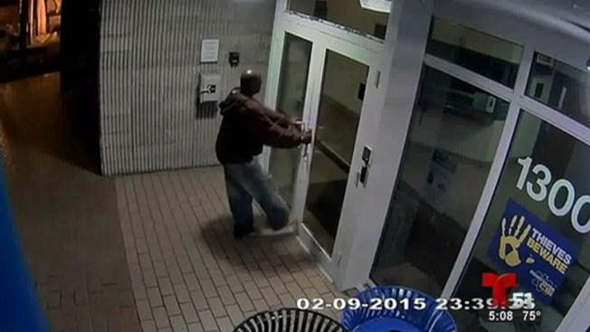 Hombre vandaliza estación de policía