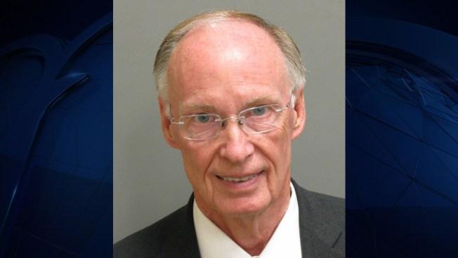 Gobernador de Alabama renuncia antes de ser destituido