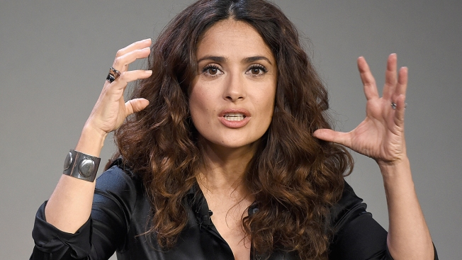 Salma Hayek obtiene orden de alejamiento