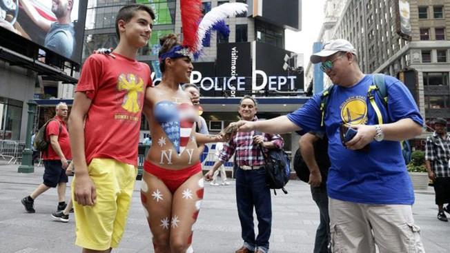 Mujeres semidesnudas causan revuelo en NY