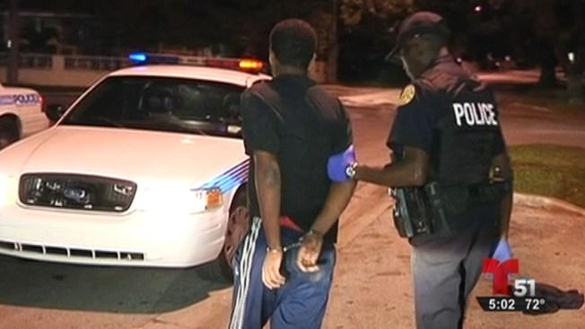 Arrestan a 2 sospechosos de asaltar una casa