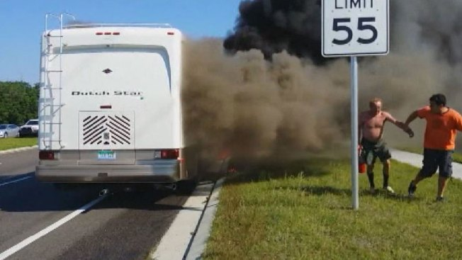 Video: casa móvil se incendia con ocupantes