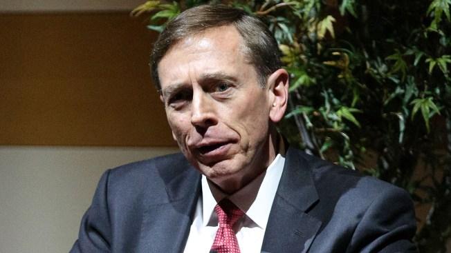Ex jefe de la CIA admite delito menor