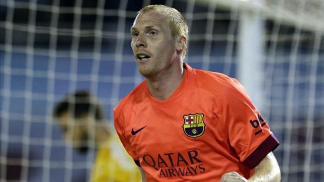 Barcelona gana sufriendo pero sigue primero