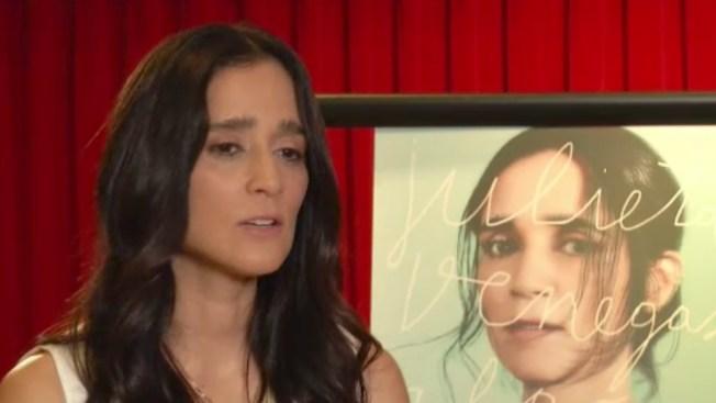 Julieta Venegas evoca su niñez y Ayotzinapa