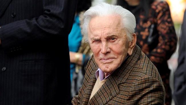 Kirk Douglas cumple 101 años, leyenda viva del cine clásico
