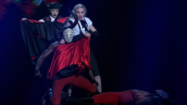 Madonna se cae en Londres durante premios Brit