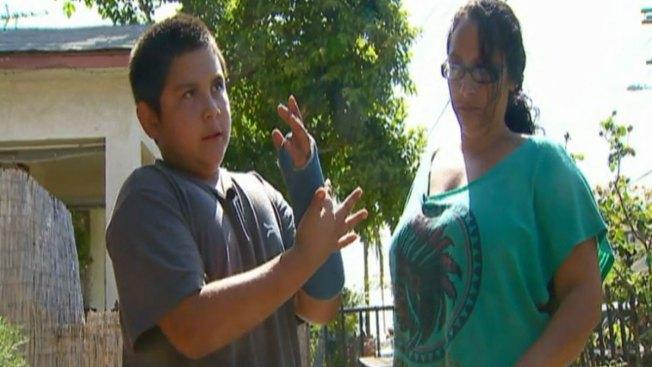 Niño dice que mujer policía fracturó su brazo