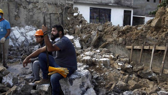 """Algunos sobrevivientes del terremoto dicen sentirse """"abandonados"""""""