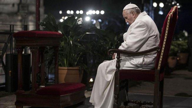 Papa preside vía crucis en Coliseo de Roma